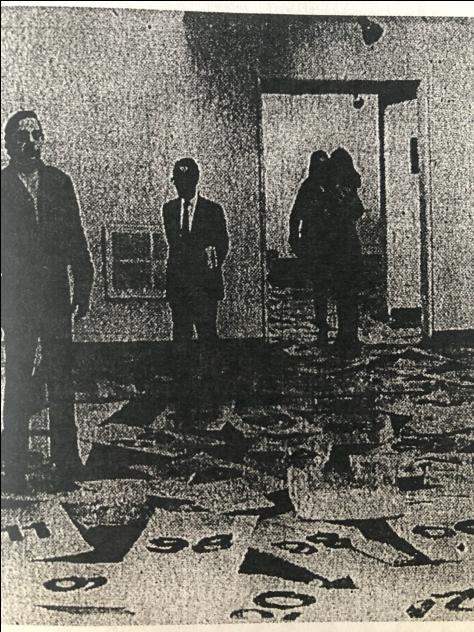 Figura 2. Las bolsas de Hectárea de heno dispuestas a lo largo de toda la galería. Imagen tomada de El Tiempo, 24 de noviembre de 1970, p. 29.